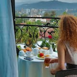 Deluxe Suite, 1 King Bed, City View - Balcony