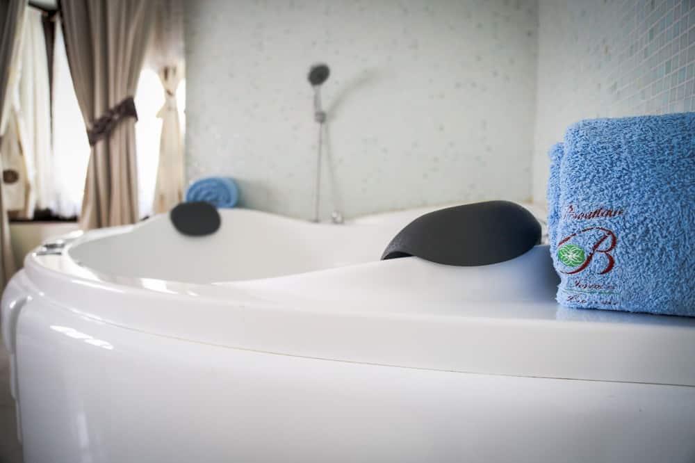 Honeymoon Suite, 1 King Bed, Hot Tub, Poolside - Private spa tub