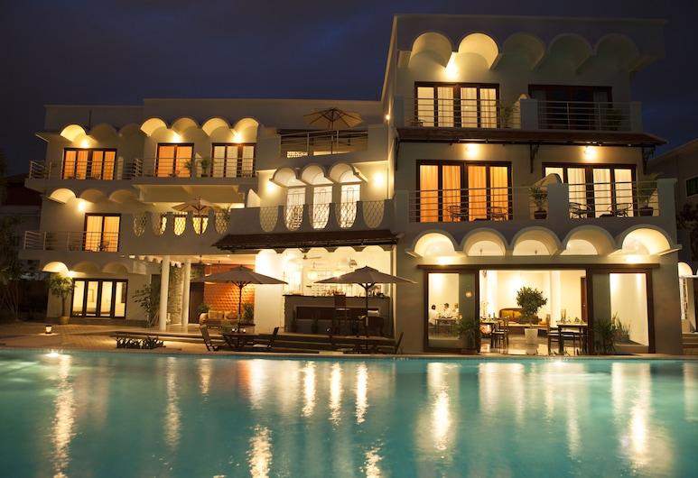 iRoHa Garden Hotel & Resort, Phnom Penh, Viešbučio fasadas vakare / naktį