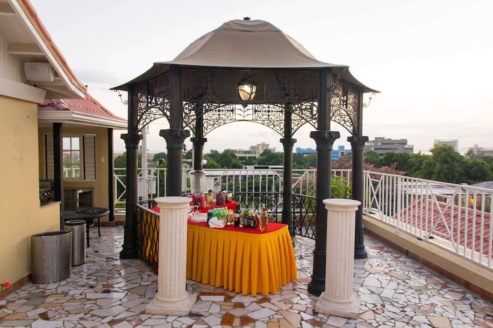 Eden Gardens Wellness Resort Spa Kingston City View