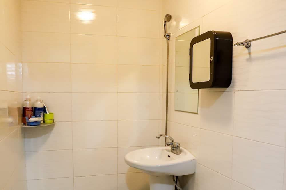 Spoločná zdieľaná izba, len pre ženy (6 Person Room) - Sprcha v kúpeľni