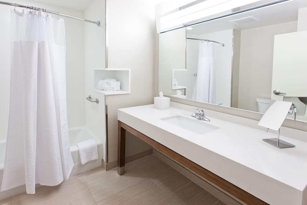 Room, 2 Queen Beds, Non Smoking, River View - Bathroom
