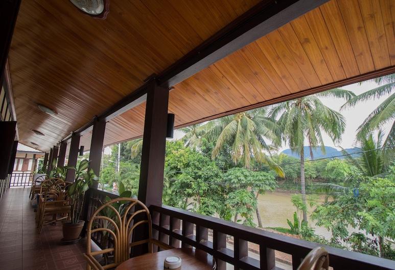 Villa Somphong, Luang Prabangas, Deluxe Twin with balcony river view , Svečių kambarys