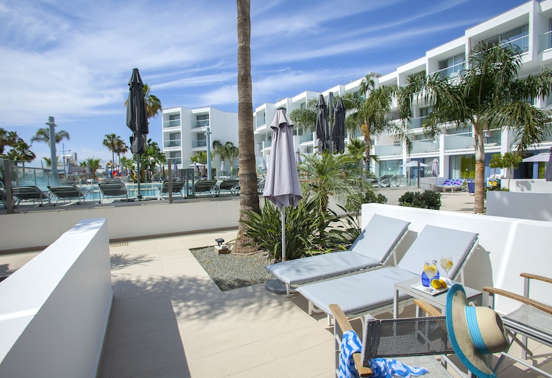 Limanaki Beach Hotel, איה נאפה, סוויטת ג'וניור, נוף לבריכה, חדר אורחים