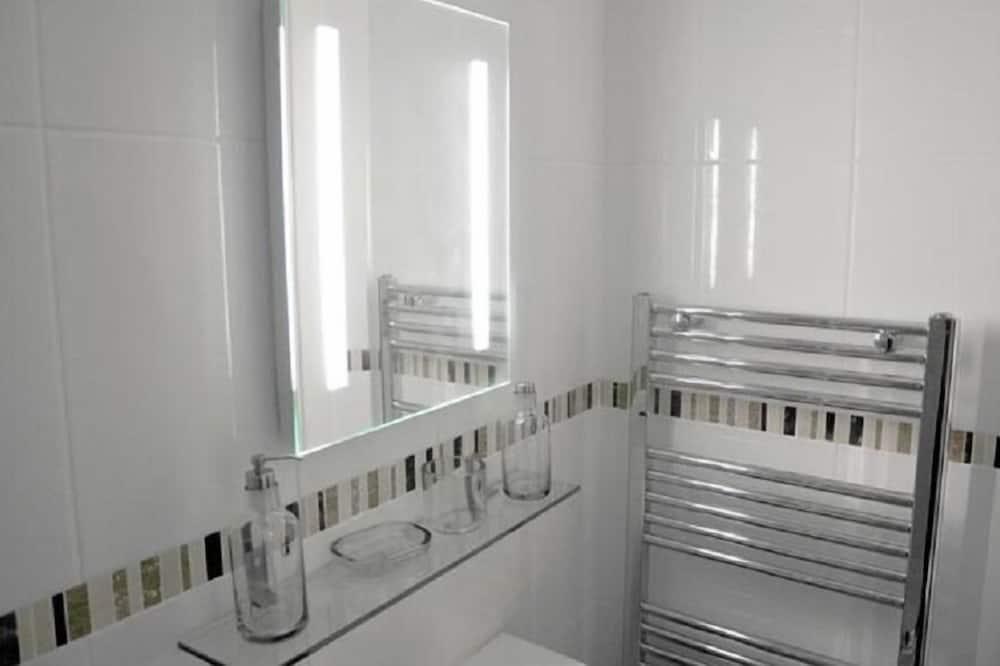 Zweibettzimmer, mit Bad (1 Double and 1 Single bed) - Badezimmer