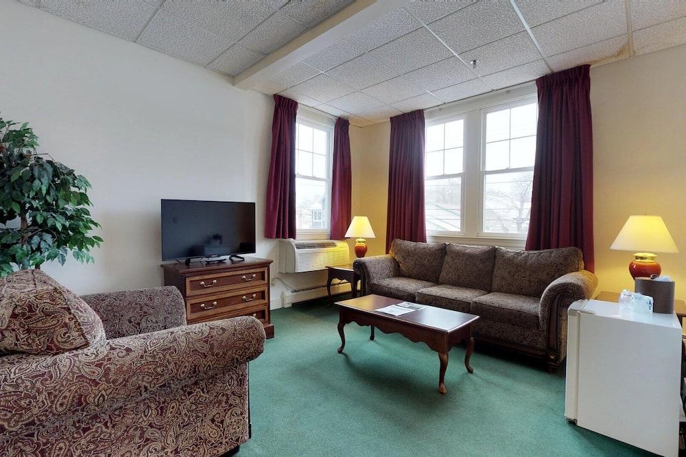 207 King Suite No Pets - Living Room