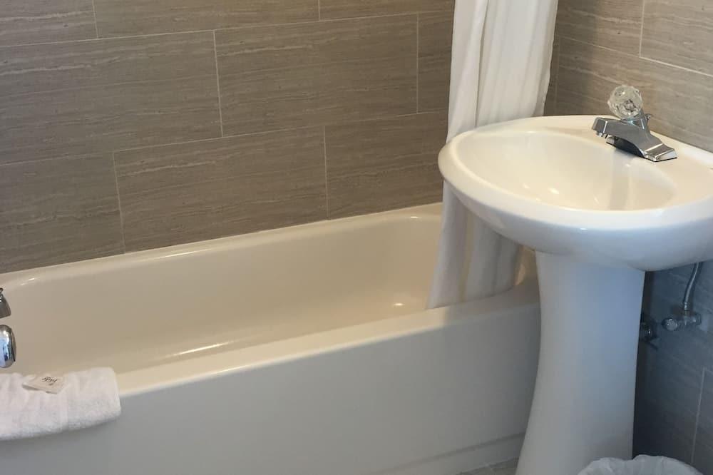 Standard Room, 1 Queen Bed - Bathroom Amenities