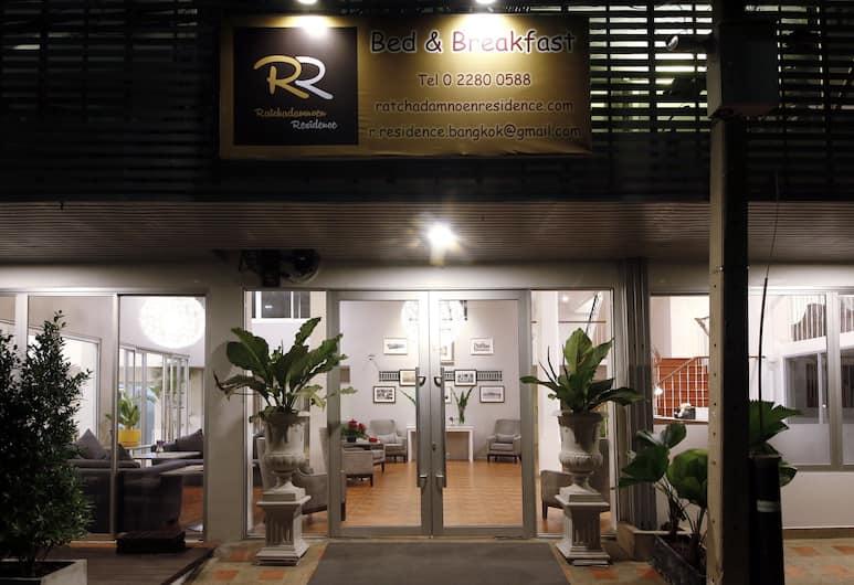Ratchadamnoen Residence, Bangkok, Fasada hotelu — wieczorem/nocą