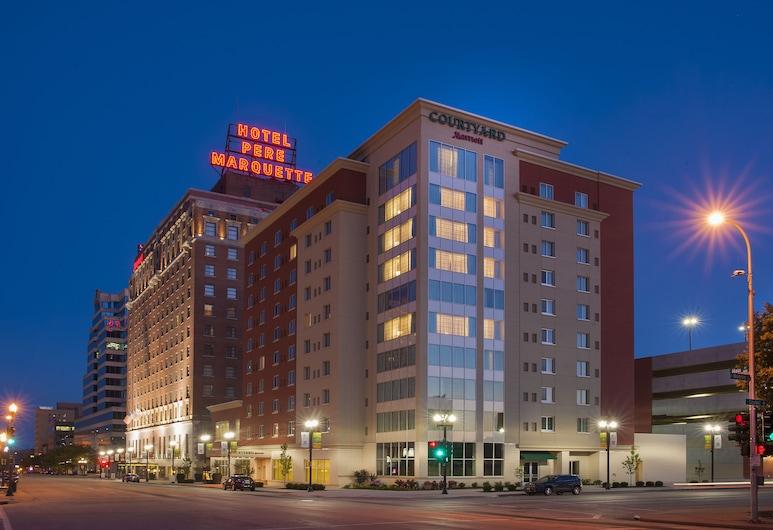 Courtyard Peoria Downtown, Peoria, Hotelfassade am Abend/bei Nacht