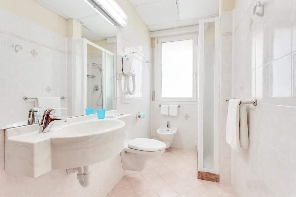Čtyřlůžkový pokoj, balkon - Koupelna