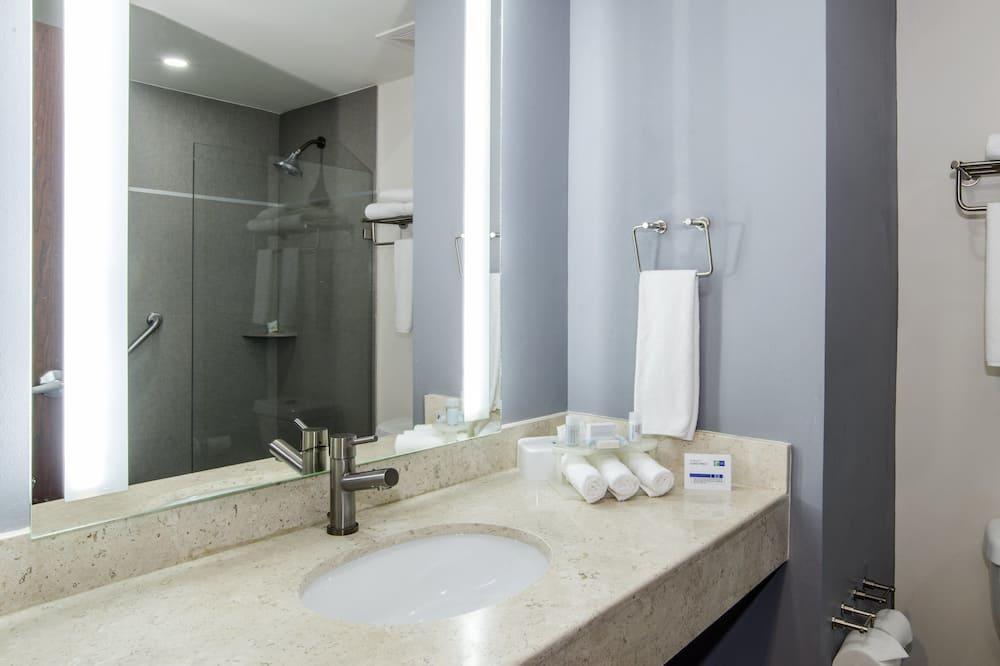 Standartinio tipo kambarys, 2 didelės dvigulės lovos - Vonios kambarys