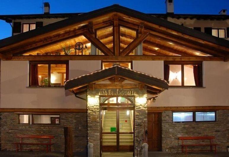 Hotel Banchetta, Sestriere, Fachada del hotel de noche