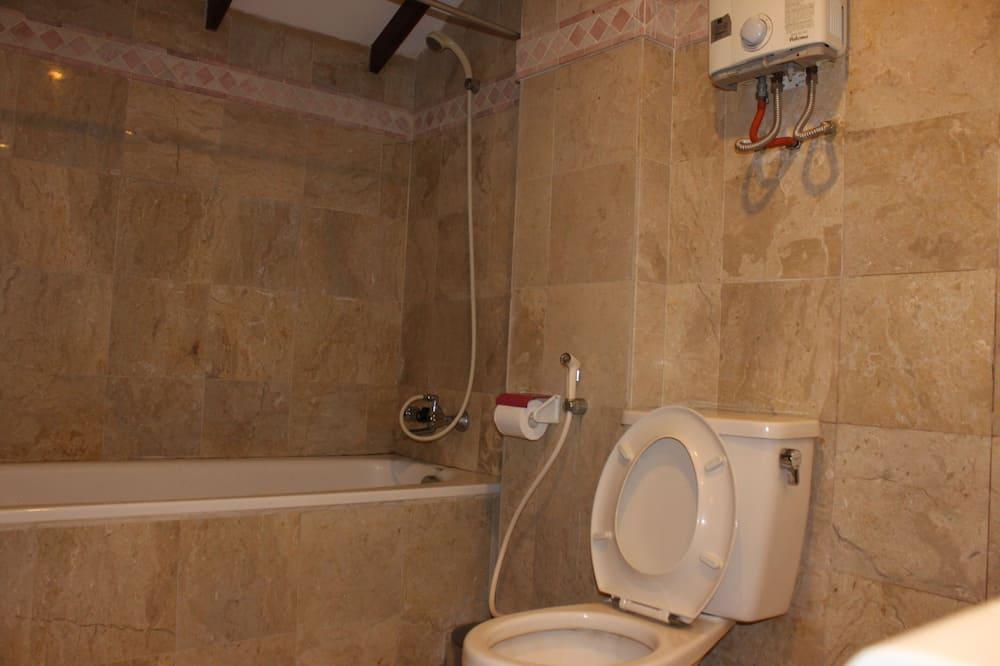 Room, 3 Bedrooms (2 King + 1 Double + 1 Single Bed) - Bilik mandi