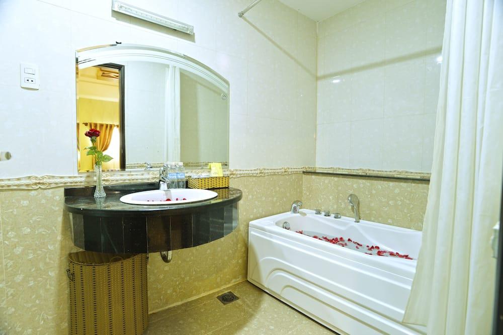 Deluxe Triple Room, City View - Bathroom