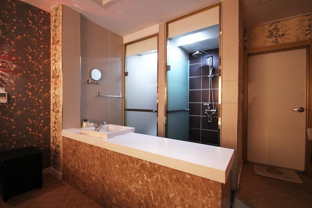 Номер с 2 односпальными кроватями (Extra person fee: KRW 10,000) - Ванная комната