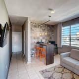 Ģimenes dzīvokļnumurs, divas guļamistabas, ledusskapis - Dzīvojamā istaba