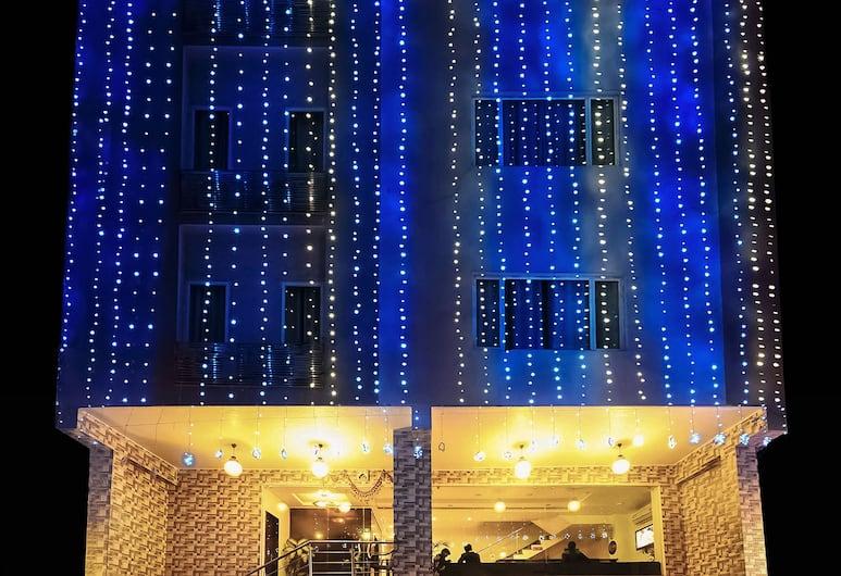Hotel Metropolitan, Jaipur, Fachada do hotel (à noite)