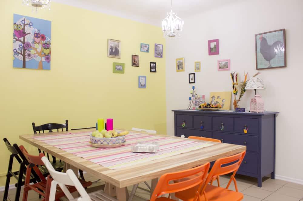 Standard-Doppelzimmer, eigenes Bad - Essbereich im Zimmer