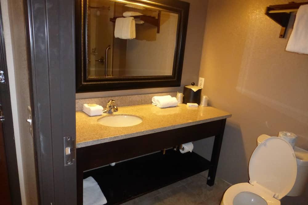 Superior Oda, 2 Büyük (Queen) Boy Yatak, Küçük Mutfak (Smoke Free) - Banyo